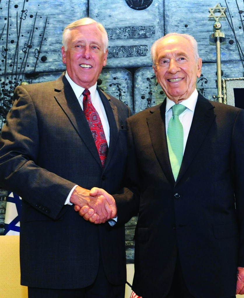 Democratic congressman Steny Hoyer meets with Israel's President Shimon Peres on Thursday at the president's house in Yerushalayim. (Mark Neyman/GPO/FLASH90)