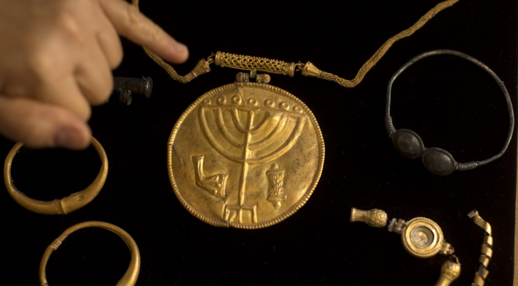 Jewelry and a gold medallion with a menorah etched into it is shown during a press conference in Yerushalayim on Monday. (AP Photo/Sebastian Scheiner)