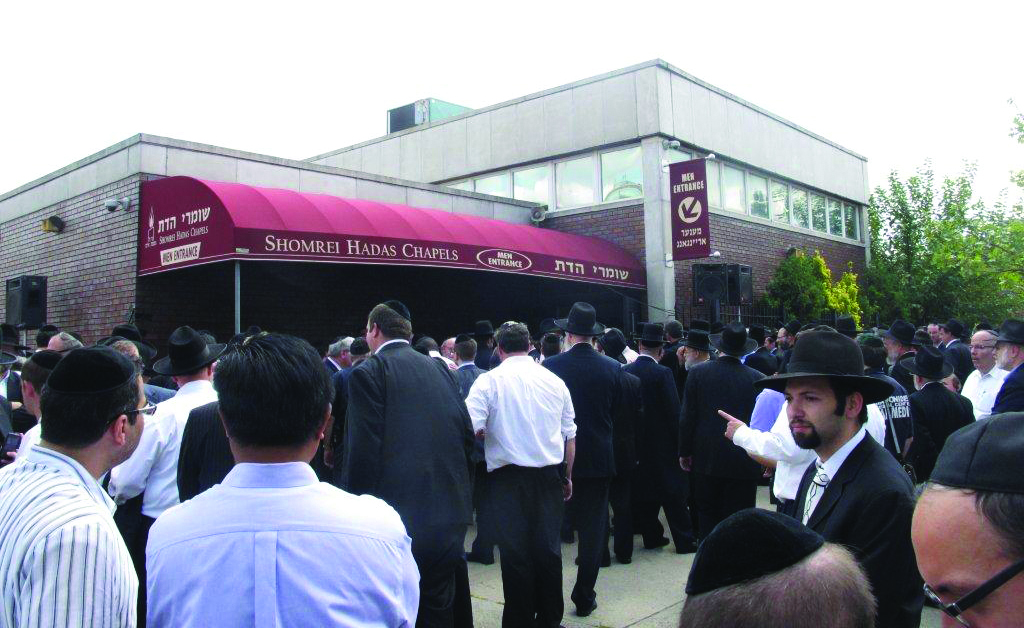 """A partial view of the crowd outside Shomrei Hadas chapel in Boro Park where the levayah of Reb Shlomo Zakheim, z""""l, was held. (JDN)"""