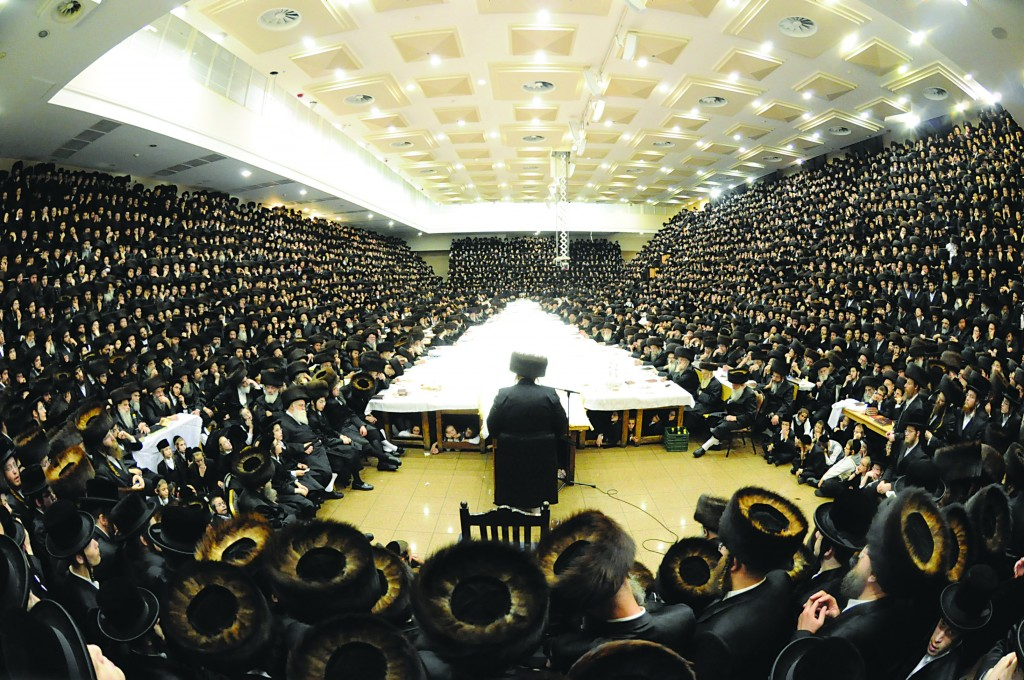 Partial view of the thousands of Chassidim gathered to hear the Belzer Rebbe.