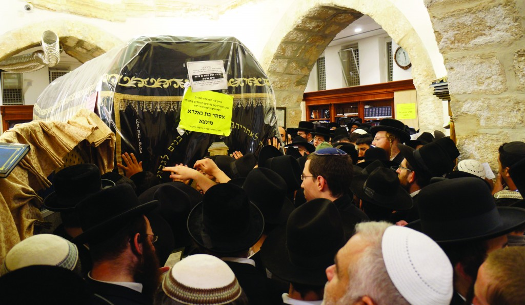 Yidden are mispallel at Kever Rochel yesterday on the yahrtzeit of Rochel Imeinu, 11 Cheshvan. (Kuvien Images)