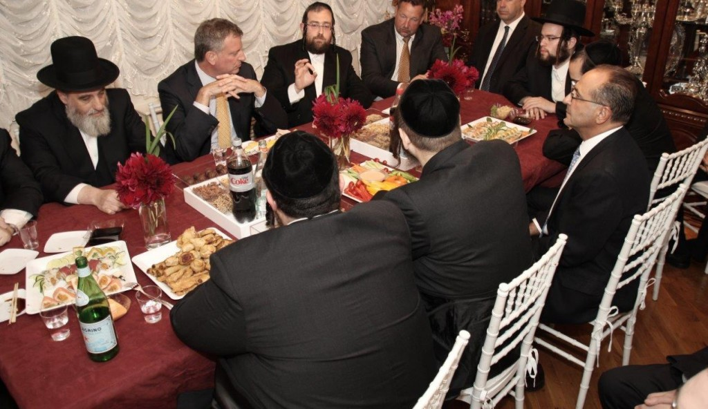 Rabbi Abe Friedman makes a point during a meeting Democratic mayoral candidate Bill de Blasio had with askanim in Williamsburg Tuesday.