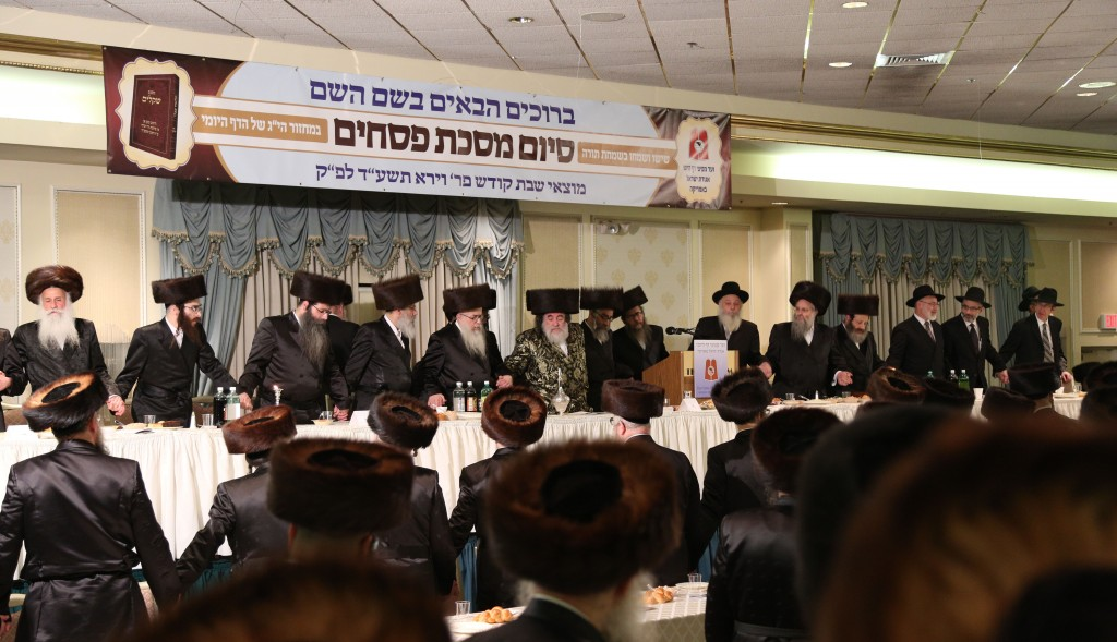 The Vizhnitzer Rebbe, Harav Yisrael Hager, at a siyum on Maseches Pesachim in the Daf Yomi program Motzoei Shabbos at the Atrium in Monsey. (JDN)