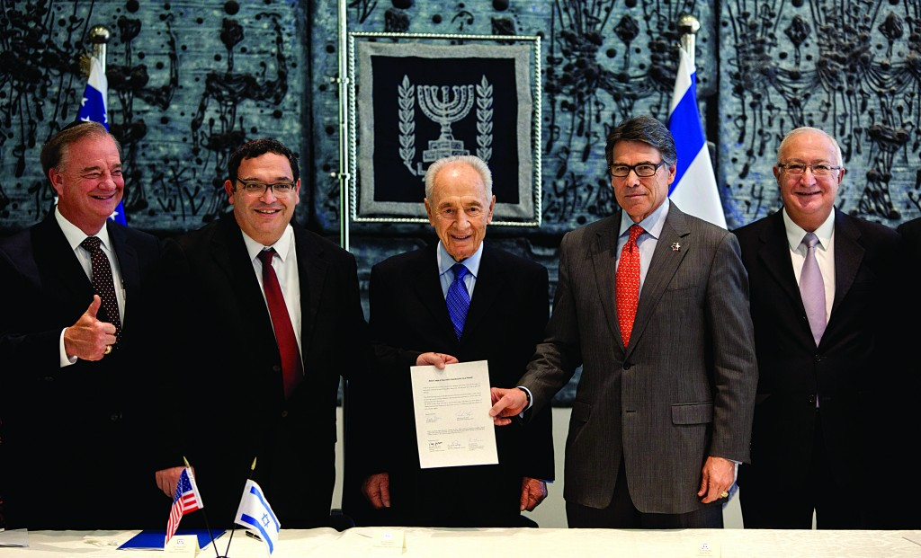 From left, Texas A&M's chancellor, John Sharp, Israeli Education Minister Shai Piron, Israel's President Shimon Peres, Texas Gov. Rick Perry and Israeli prof. Manuel Trajtenberg, chair of the committee for higher education. (AP Photo/Sebastian Scheiner)