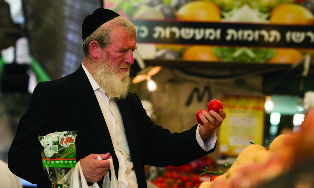 Buying tomatoes at the Mahaneh Yehudah market in Yerushalayim. (Yonatan Sindel/Flash90)