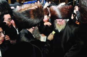 Partial view of the crowd at the levayah. (Inset) The Belzer Rav says Kaddish. (JDN)