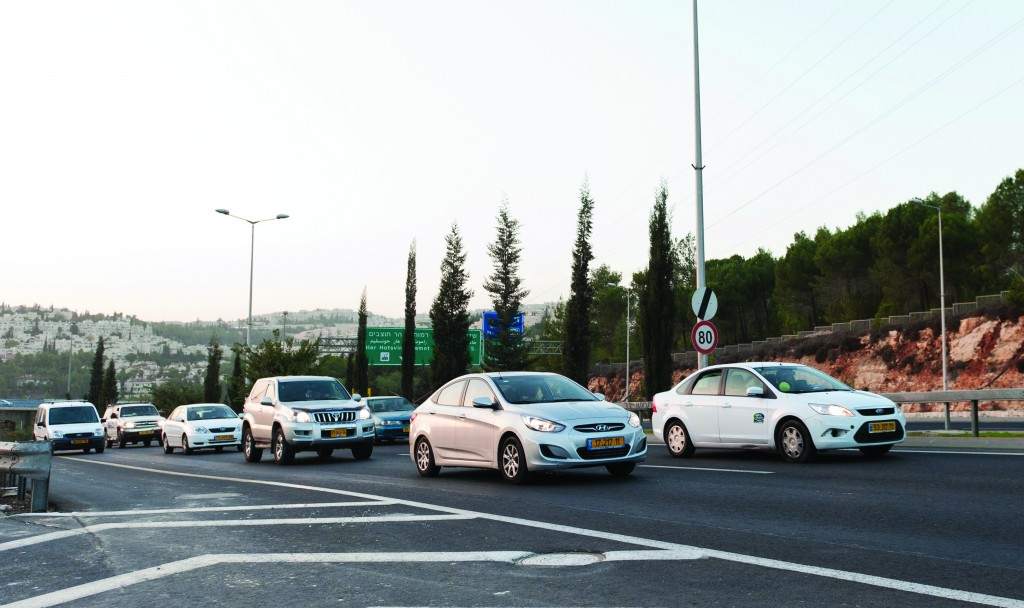 Mandatory use of headlights on highways enacted in Israel. (Kuvien Images )