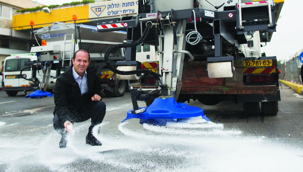Yerushalayim Mayor Nir Barkat in a pre-storm photo-op with a salt-spreader. (Yonatan Sindel/Flash90)