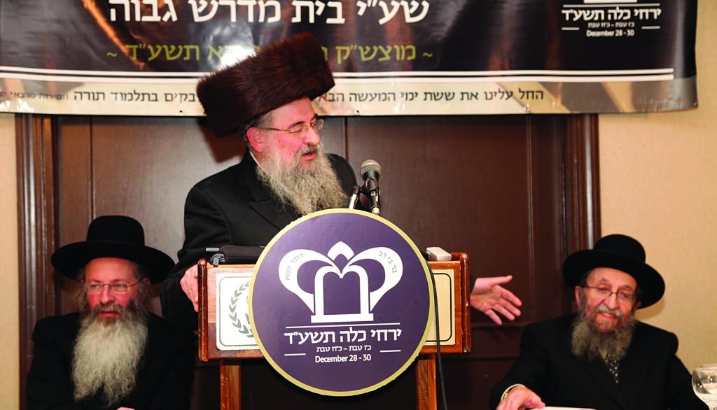 Harav Noach Isaac Oelbaum giving a shiur at the Yarchei Kallah melaveh malkah.