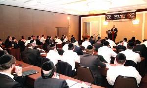 Harav Yosef Kushner giving the shiur pesichah at the Sunday morning session of Lakewood's first Yarchei Kallah.