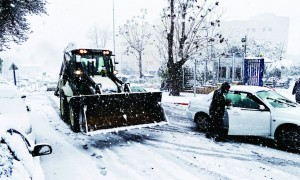 One of Yerushalayim's snow plows helped to clear the streets somewhat. (Kuvien Images)