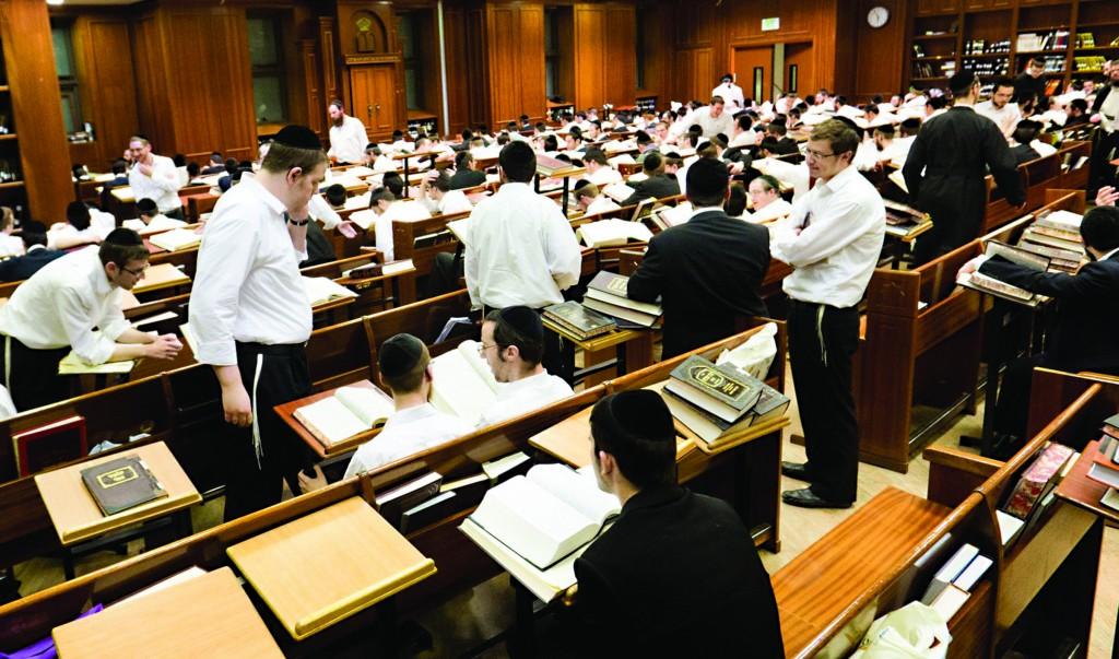 Bachurim learning in the Mir Yeshivah, Yerushalayim. (Kuvien Images)