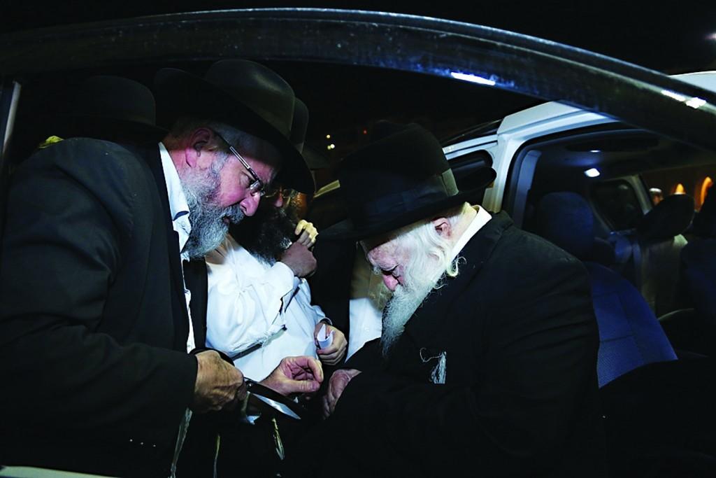Hagaon Harav Chaim Kanievsky, shlita, tears kriyah at the Kosel on Wednesday evening. (JDN)