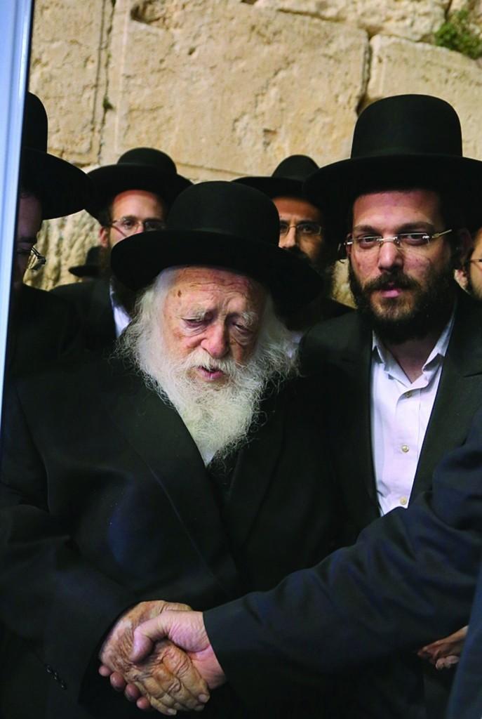 Hagaon Harav Chaim Kanievsky, shlita, at the Kosel on Wednesday evening. (JDN)