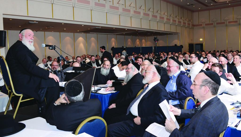 Harav Yitzchak Zilberstein, Rav of Ramat Elchanan, Bnei Brak, gives a shiur b'halachah to participants.