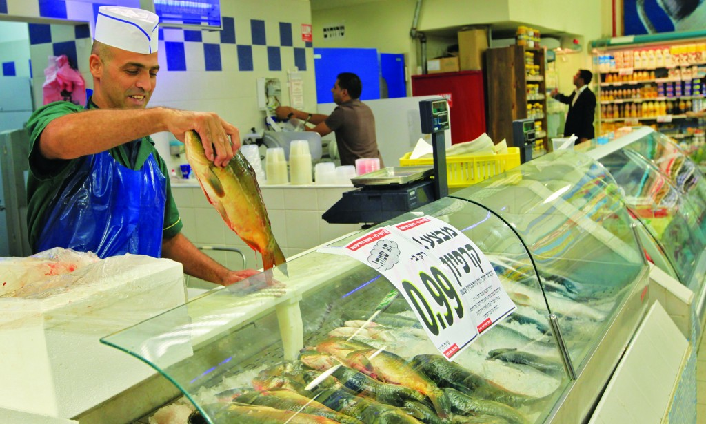 A supermarket fish section in Beitar Illit. (Nati Shohat/Flash90)