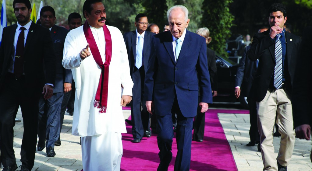 Israel's President Shimon Peres (R) meets Sri Lanka's President Mahinda Rajapaksa (L) at Peres' residence in Yerushalayim on Thursday. (REUTERS/Baz Ratner)