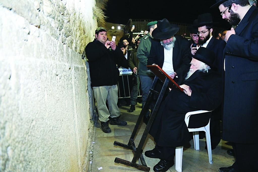 Hagaon Harav Chaim Kanievsky, shlita, davens at the Kosel Wednesday evening. (JDN)