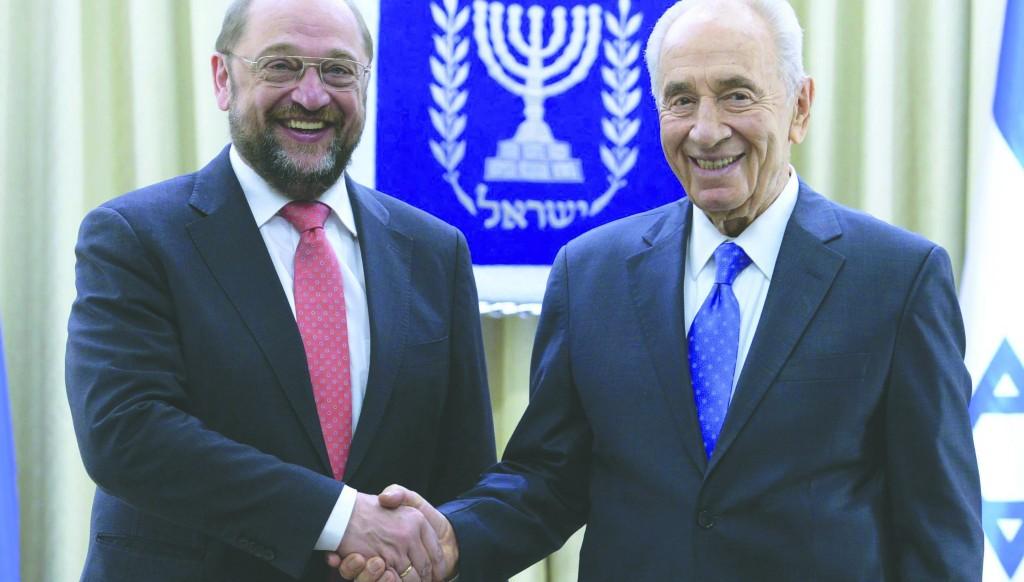 President of the European Parliament Martin Schulz (L) welcomed by Israeli President Shimon Peres. (Mark Neyman/GPO/ Flash 90)