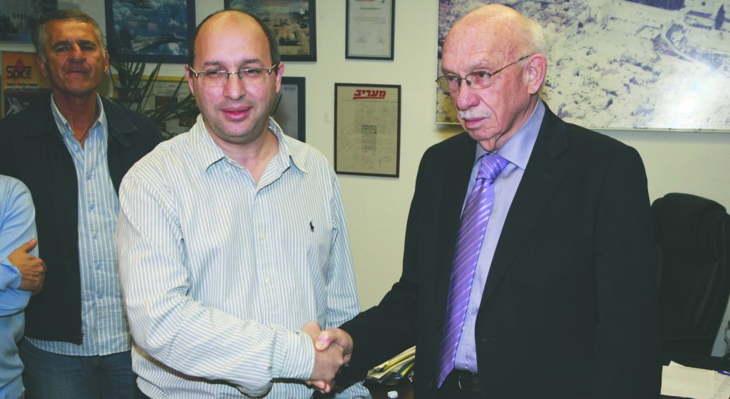 Director-General of the Hadassah Hospital, Dr. Avigdor Kaplan (R), and Avi Nissankorn, the chairman of the Histadrut Trade Union division, shaking hands on a temporary agreement to the strike. (FLASH90)