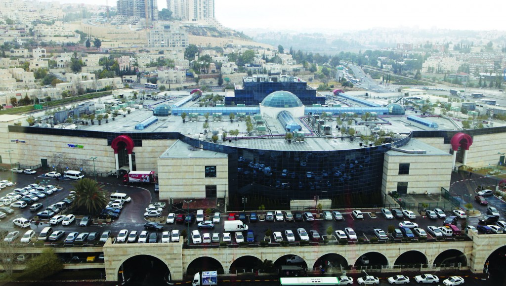A view of the Malcha Mall, an indoor shopping mall in the southwestern neighborhood of Malcha, Yerushalayim. Opened in 1993, it has 260 stores on 3 levels. (Yossi Zamir/Flash90)