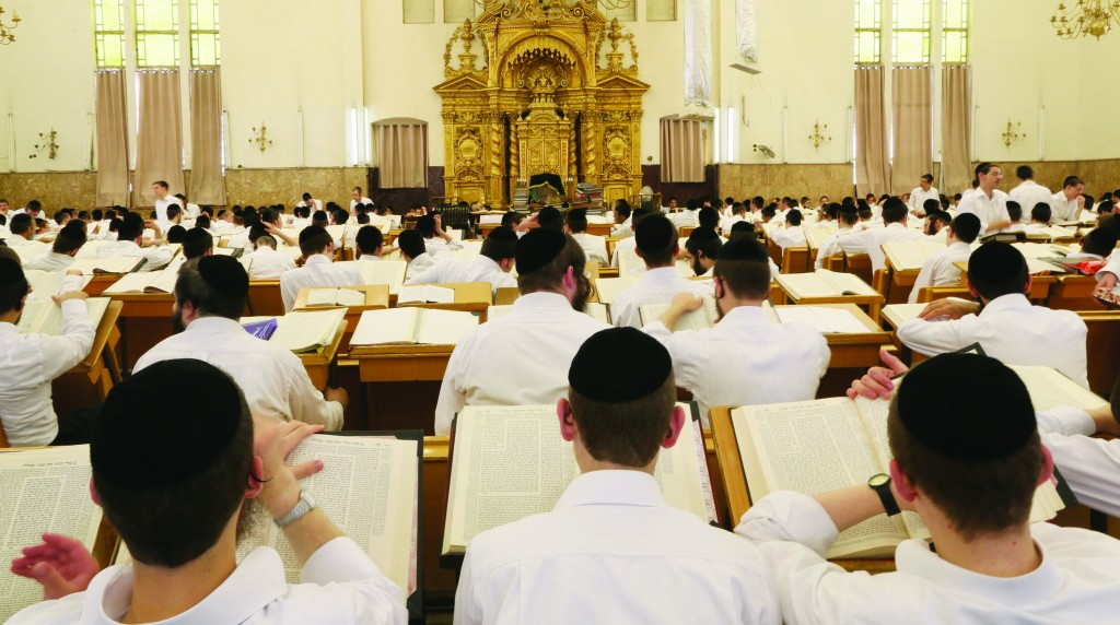 Torah study hall in the Ponevezh Yeshivah in Bnei Brak. (Nati Shohat/Flash90)