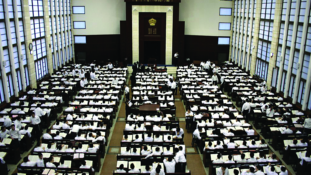"""Talmidim of Yeshivas Mir-Brachfeld diligently immerse themselves in the """"sea of the Talmud"""" in the yeshivah's huge, majestic beis medrash in Modi'in Illit, in Eretz Yisrael. (Kuvien Images)"""