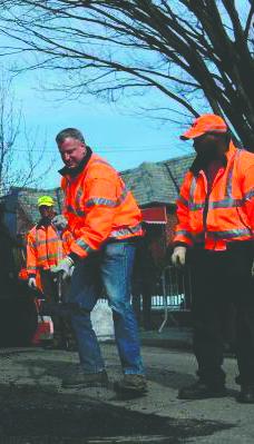 Mayor Bill de Blasio fixing a pothole in Queens Thursday morning. (Twitter/NYC Mayor's Office)