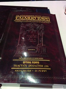 A ten-blatt ArtScroll Gemara given to each person to prepare in advance for his learning.