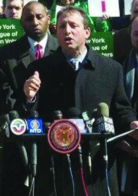 Councilman Brad Lander introducing his plastic bag ban at a press conference Wednesday on the steps of City Hall. (Twitter/Brad Lander)