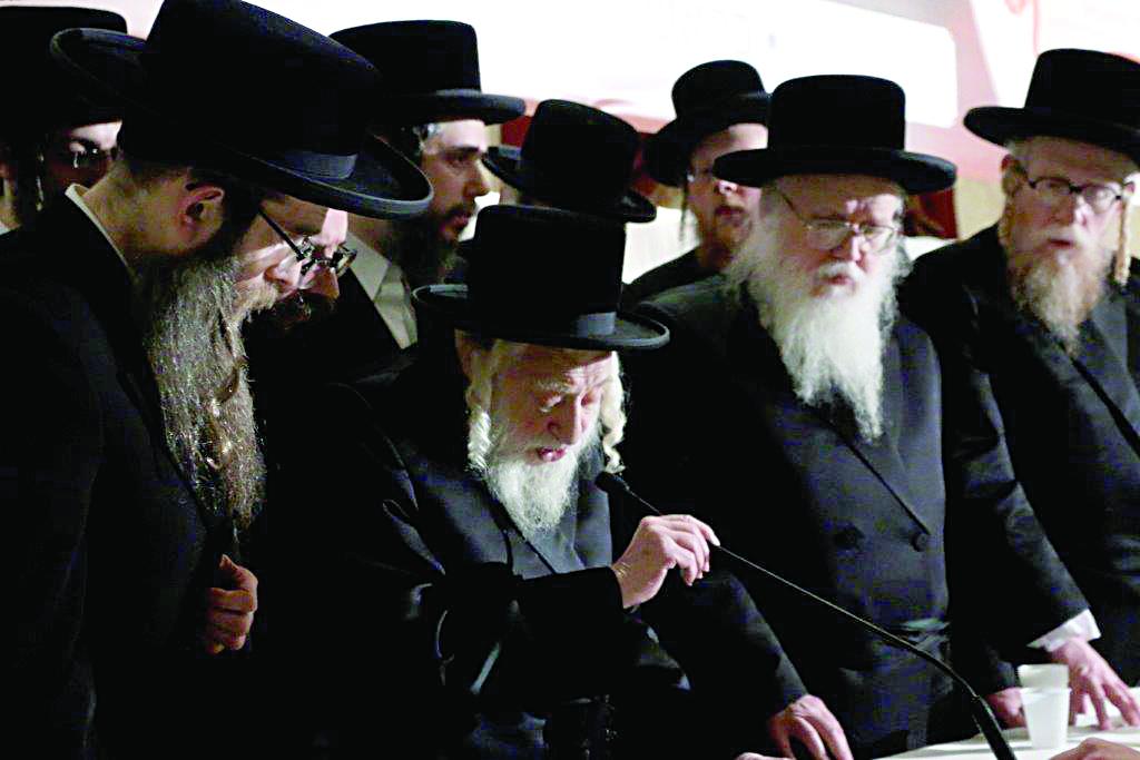 At Kabbalas ol Malchus Shamayim: (L-R): Harav Chaim Dovid Katz, Satmar Dayan; the Skulener Rebbe; Harav Binyamin Landau, Tosher Dayan.