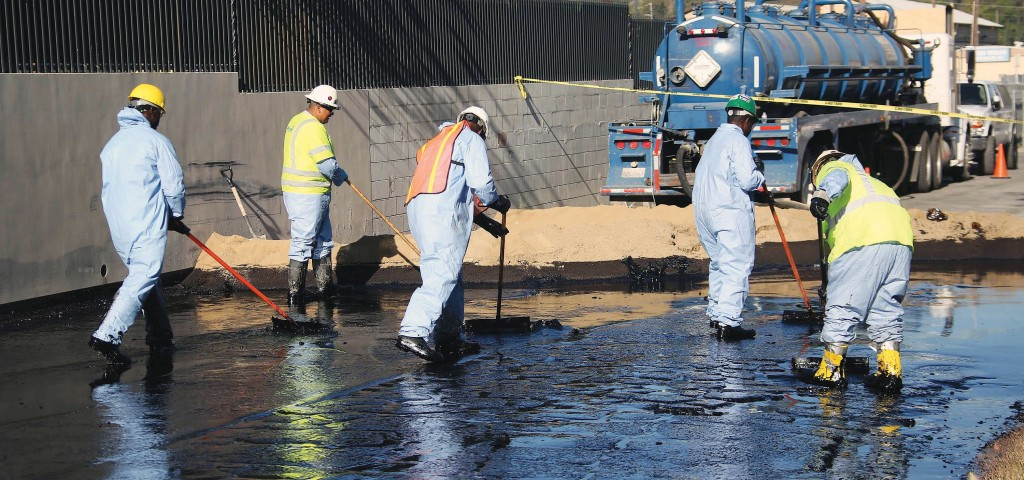 Crews sop up the remains of about 10,000 gallons of crude oil in the Atwater Village section of Los Angeles on Thursday(AP Photo/Nick Ut)