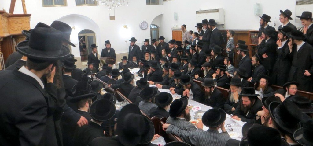 As per the custom of the Nadvorna dynasty, the Kretchnifer Sigheter Rebbe leads a special tisch, which emulates an actual Seder, on Wednesday, Pesach Sheinei. (JDN )