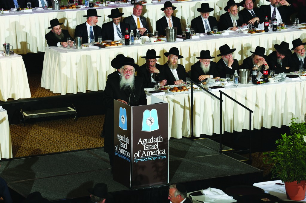 The Novominsker Rebbe, Harav Yaakov Perlow, shlita, addressing the participants at the dinner, Tuesday night, at the New York Hilton. (Moishe Gershbaum)
