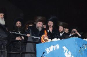 The Rachmastrivka Rebbe of Eretz Yisrael lighting the hadlakah. ( JDN )