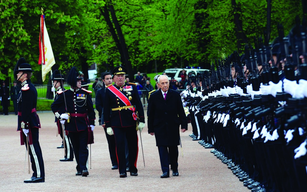 Israeli President Shimon Peres seen with King of Norway, Harold V, at the welcome ceremony with the Norwegian Honor Guard, on Monday.  (Haim Zach/GPO/Flash 90)