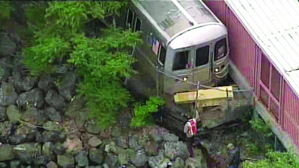 A Staten Island Railway train with no passengers derailed early Thursday morning at the Tottenville station. (MTA)