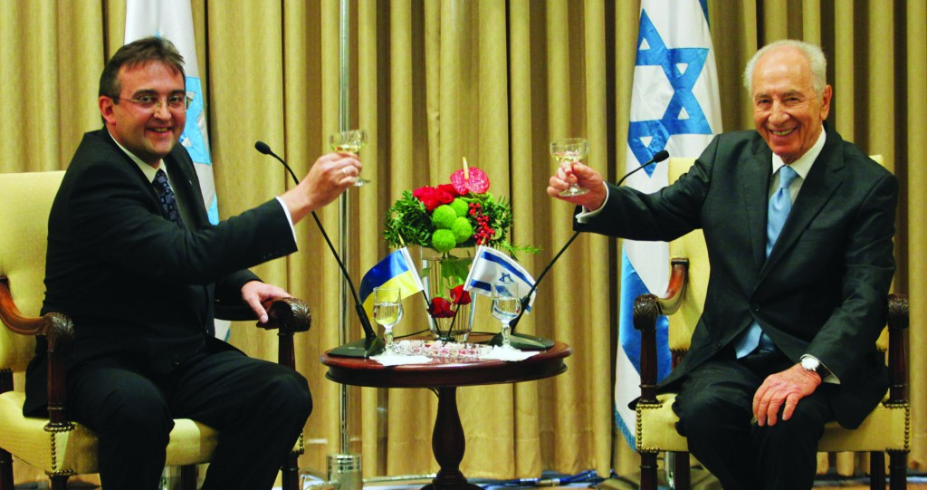 Ukrainian Ambassador Hennadii Nadolenko with Israeli President Shimon Peres. (Issac Harari/Flash90)