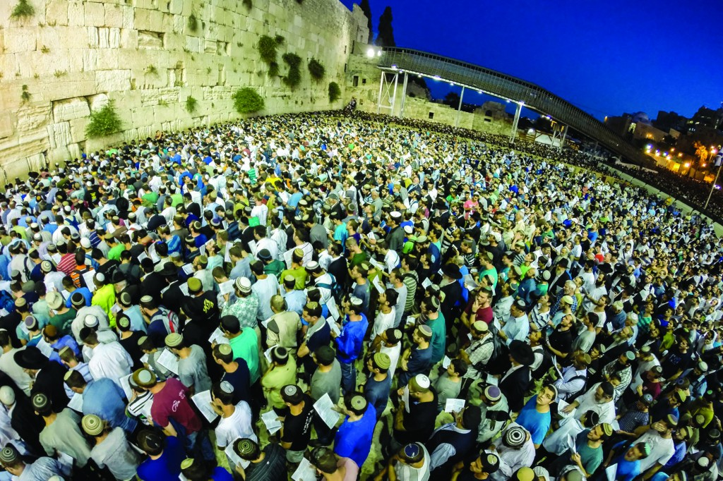 Thousands gathered at the Kosel to recite Tehillim on behalf of the bachurim being held hostage by Arab terrorists. (Kuvien Images )