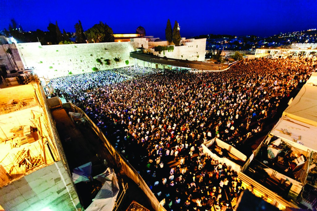Thousands gather at the Kosel to daven for the kidnapped bachurim. (Kuvien Images )