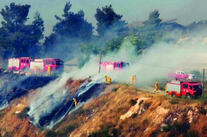 Firefighter airplane and firefighters working to extinguish a large fire near Yerushalayim on Wednesday. (Flash90)
