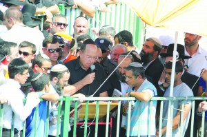 Moshe Yaalon, Defense Minister of Israel, speaking at the levayah. (JDN Yehuda Perkowitz)