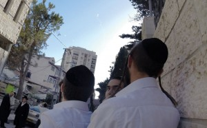 People in the Rechavia neighborhood of Yerushalayim ran for cover as air raid sirens blared, followed by the sound of an explosion. The missile was intercepted by the Iron Dome system. (Kuvien Images)