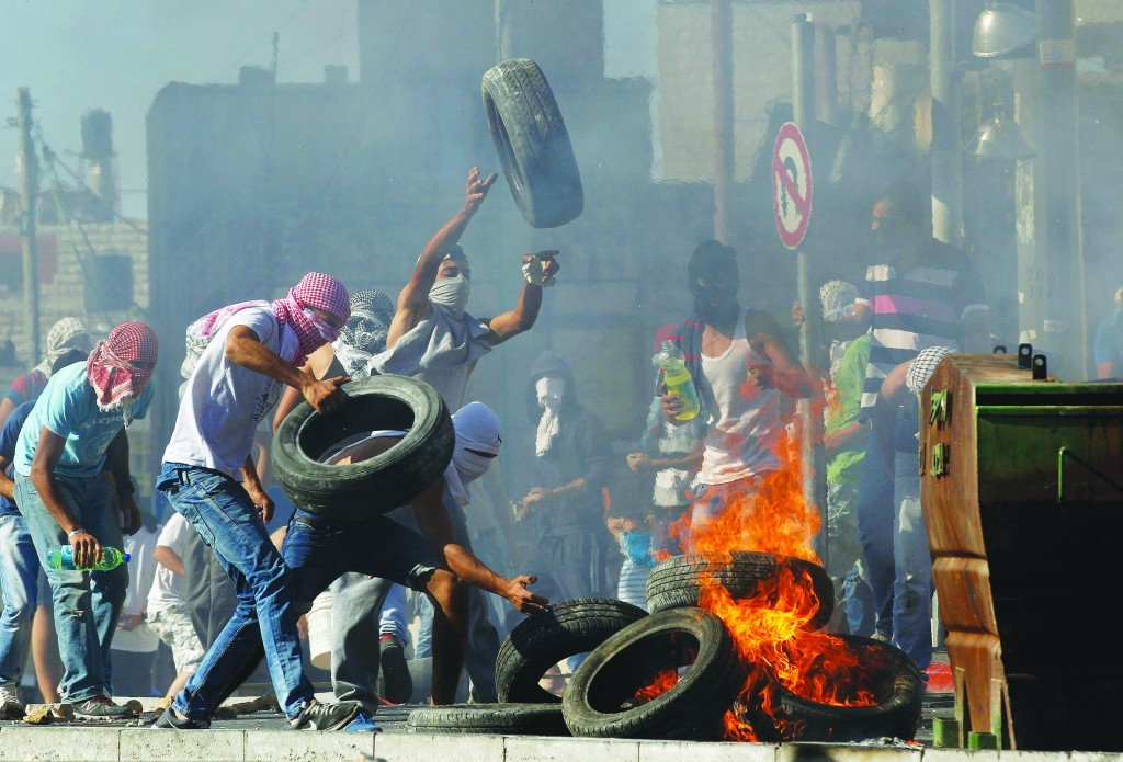 Palestinian rioters set tires ablaze in Shuafat, Yerushalayim, on Wednesday. (Sliman Khader/FLASH90)