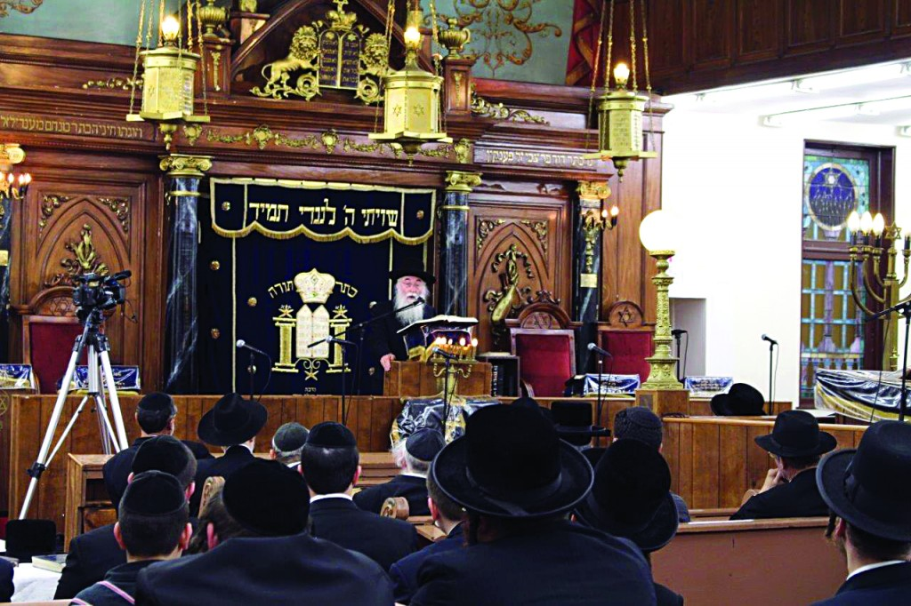 Yechiel Kaufman, Rav of Congregation Anshei Sefard in Boro Park, addressing an atzeres tefillah in his shul regarding the situation in Eretz Yisrael, on Monday night. (JDN)