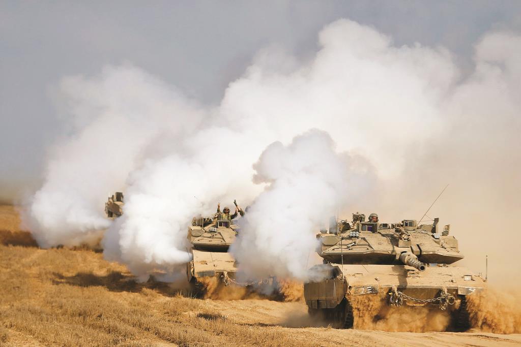 Israeli tanks after returning to Israel from Gaza, on Tuesday, Tishah B'Av. (REUTERS/Baz Ratner)