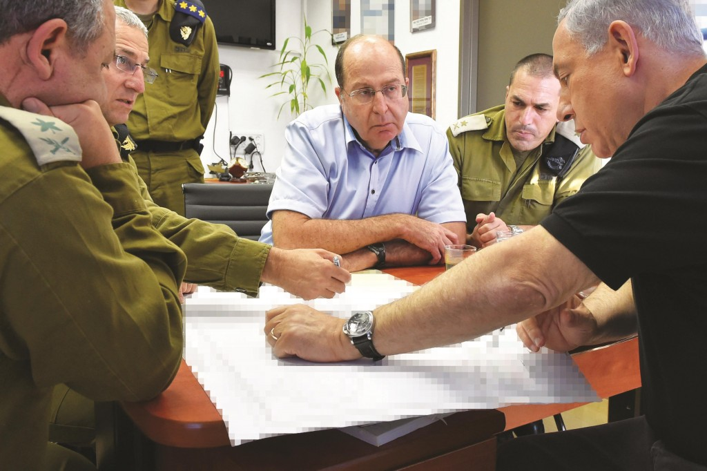 Israeli Prime Minister Binyamin Netanyahu and Defense Minister Moshe Yaalon seen during a visit at Ashdod Port on Monday. (Ariel Hermoni/Ministry of Defense/Flash90)