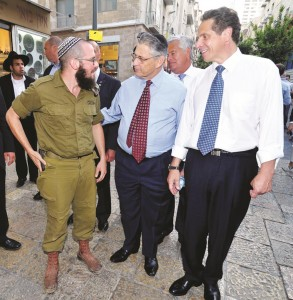 Cuomo (R) and Assembly Speaker Sheldon Silver (C) meets New Yorkers living in Yerushalayim. Senate Majority leader Dean Skelos is between them.