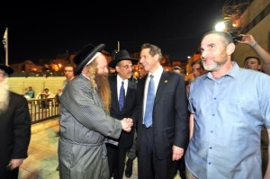Cuomo greets a Yerushalmi Yid as he walks to the Kosel plaza.