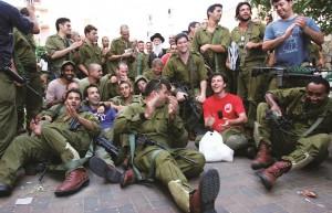 Harav Yitzchak Dovid Grossman with Israeli soldiers.